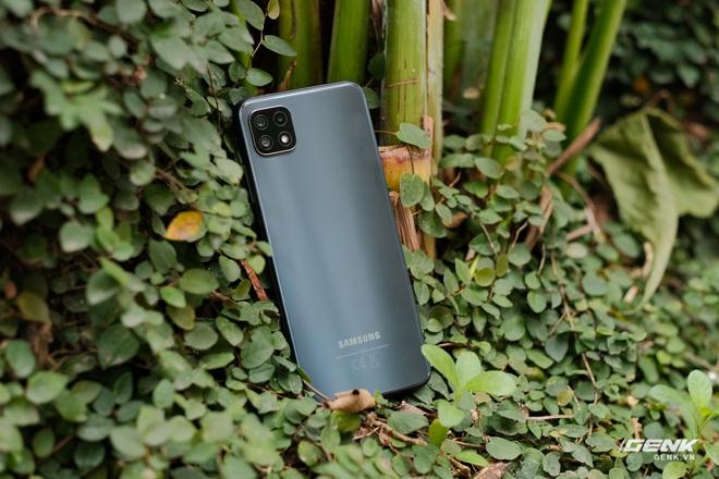 Trên tay Galaxy A22 5G: Có thêm 5G nhưng không xịn bằng bản 4G? - Ảnh 1.