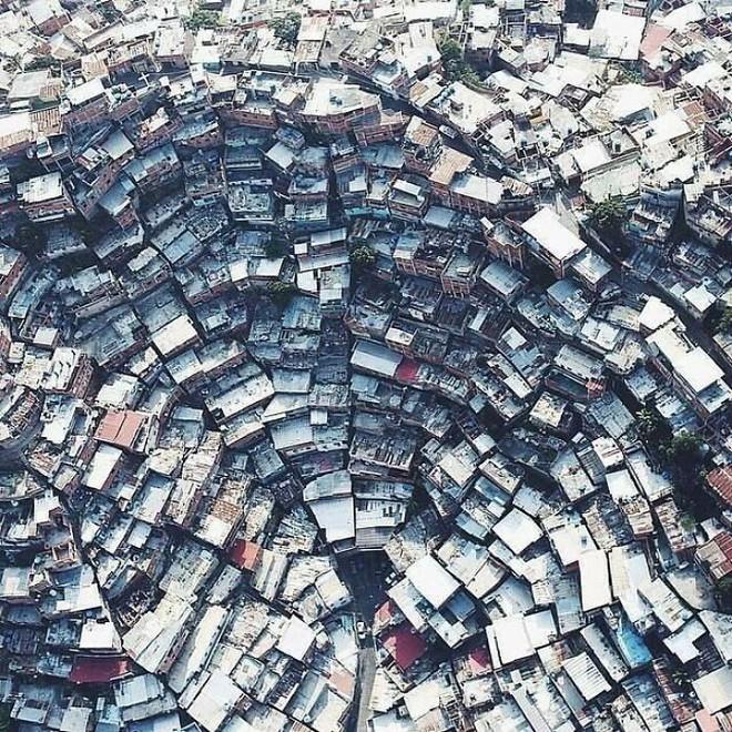 Ám ảnh với loạt hình về địa ngục đô thị: Khi con người tự xây dựng hoặc biến nơi ở của mình thành cơn ác mộng - Ảnh 7.