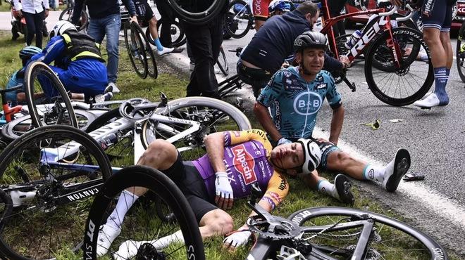 Cảnh sát dùng Facebook để truy tìm fan nữ gây ra thảm họa tai nạn Tour de France - Ảnh 3.