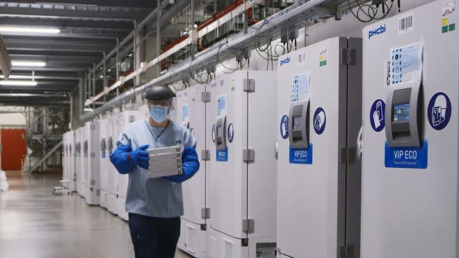 Rút phích tủ đông để cắm sạc điện thoại, 1000 liều vắc-xin COVID-19 buộc phải tiêu hủy - Ảnh 1.