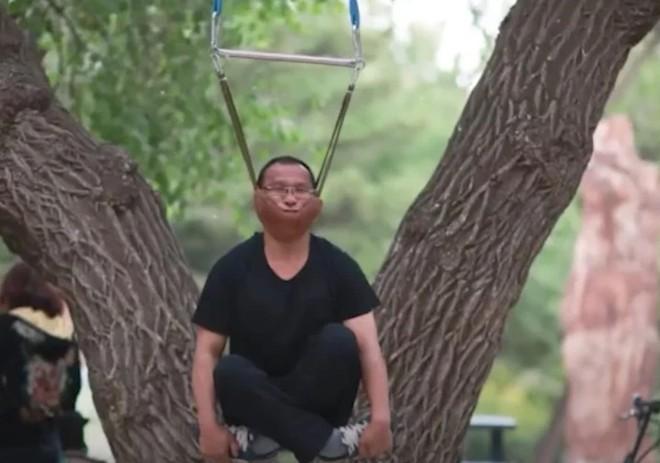 Người dân Trung Quốc tấp nập đi tập thể dục kiểu mới: đung đưa cơ thể bằng cằm - Ảnh 2.
