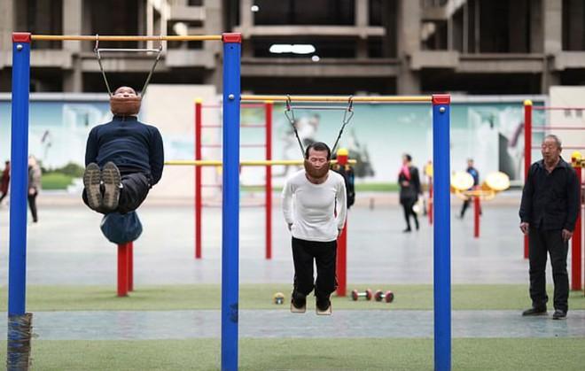 Người dân Trung Quốc tấp nập đi tập thể dục kiểu mới: đung đưa cơ thể bằng cằm - Ảnh 1.