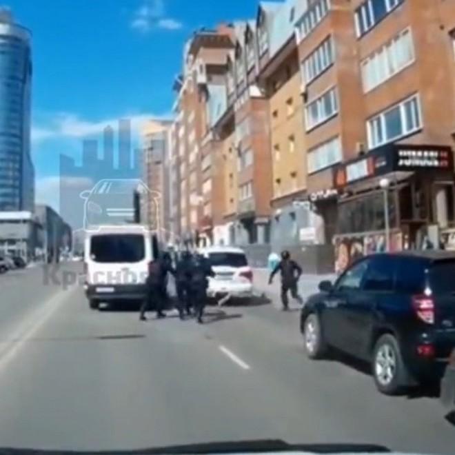 Xem video đặc nhiệm phản ứng nhanh của Nga vây bắt hụt chủ xe Infiniti giữa thanh thiên bạch nhật - Ảnh 3.