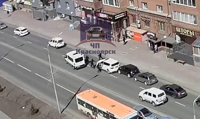 Xem video đặc nhiệm phản ứng nhanh của Nga vây bắt hụt chủ xe Infiniti giữa thanh thiên bạch nhật - Ảnh 2.