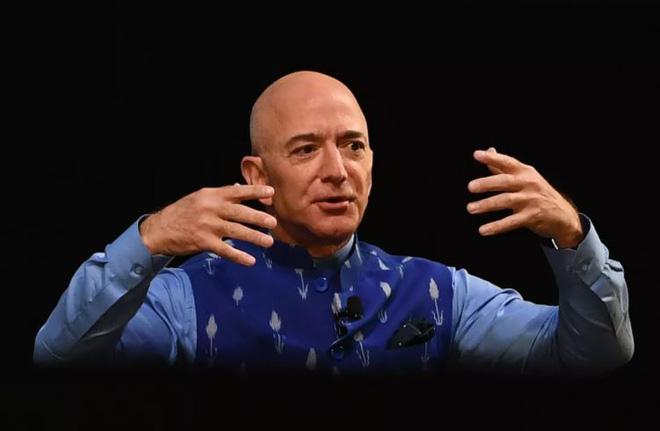 Mẹo tài chính cho phép hai người giàu nhất thế giới Jeff Bezos và Elon Musk gần như không phải trả thuế thu nhập - Ảnh 1.