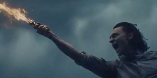 Soi tiểu tiết Loki tập thứ 5: Tháp Avengers bị bán, Thanos cưỡi trực thăng, búa Mjolnir bị vứt như phế thải - Ảnh 17.