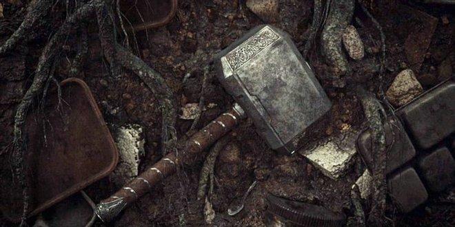 Soi tiểu tiết Loki tập thứ 5: Tháp Avengers bị bán, Thanos cưỡi trực thăng, búa Mjolnir bị vứt như phế thải - Ảnh 6.