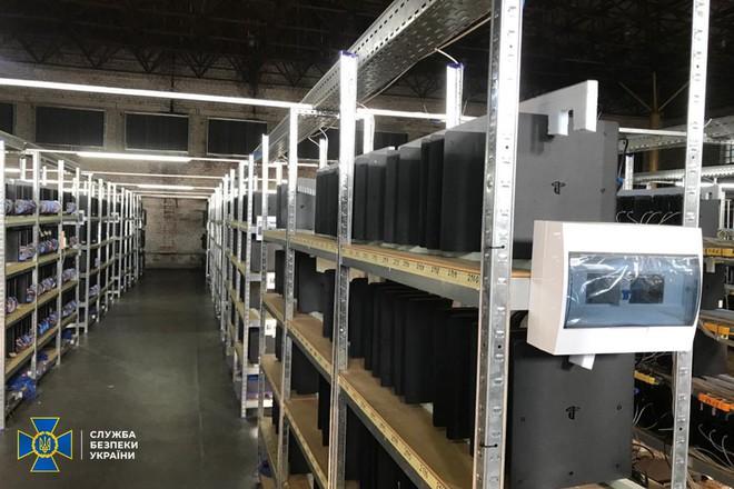 Câu được điện chùa, một băng nhóm tậu hẳn... 3.800 chiếc PS4 để đào coin - Ảnh 2.