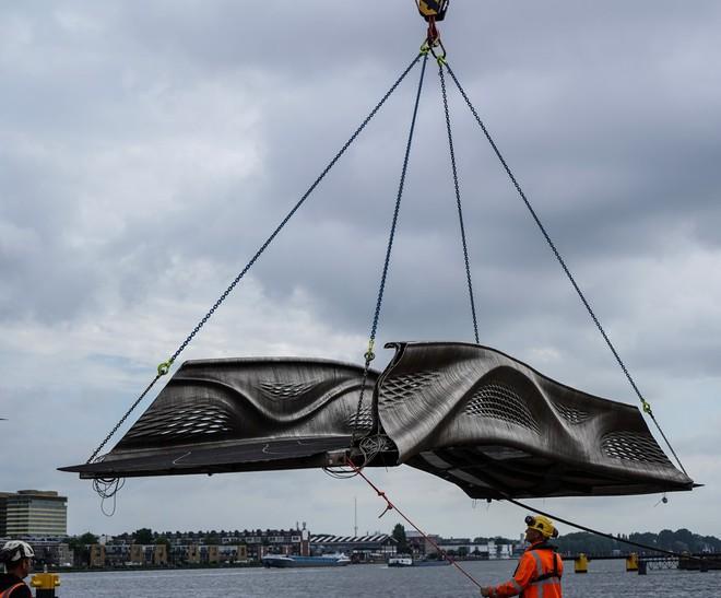 Cận cảnh cây cầu thép không gỉ được in 3D đầu tiên trên thế giới - Ảnh 2.