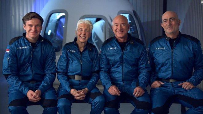 Jeff Bezos vừa bay lên vũ trụ thành công và trở lại Trái Đất an toàn, đạt được giấc mơ thủa bé: Đây là ngày đẹp nhất đời tôi - Ảnh 1.