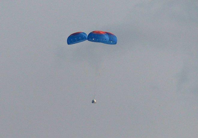 Jeff Bezos vừa bay lên vũ trụ thành công và trở lại Trái Đất an toàn, đạt được giấc mơ thủa bé: Đây là ngày đẹp nhất đời tôi - Ảnh 3.