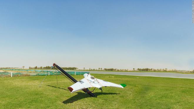 Giải quyết vấn nạn thiếu nước, các nhà khoa học UAE dùng drone phóng điện vào mây, gây ra mưa rào nhân tạo - Ảnh 2.