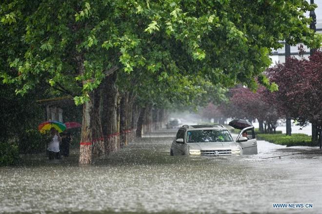 Dân mạng Trung Quốc trầm trồ nhìn xe điện lao băng băng giữa đường ngập nước - Ảnh 4.