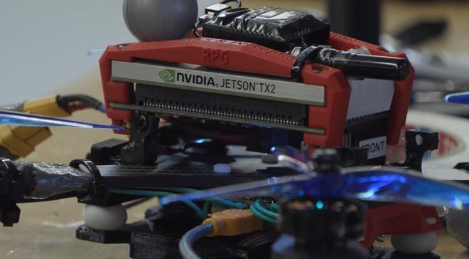 Drone tự lái đã có thể chiến thắng trước các mẫu drone do con người điều khiển - Ảnh 2.
