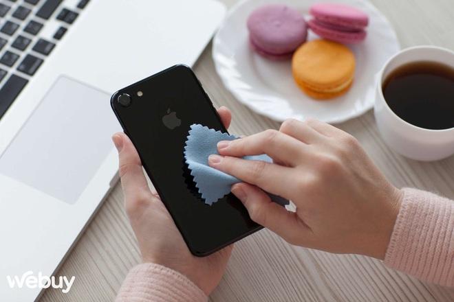 Đây là cách Apple chỉ người dùng vệ sinh iPhone, AirPods và Macbook cho đúng chuẩn Táo - Ảnh 1.