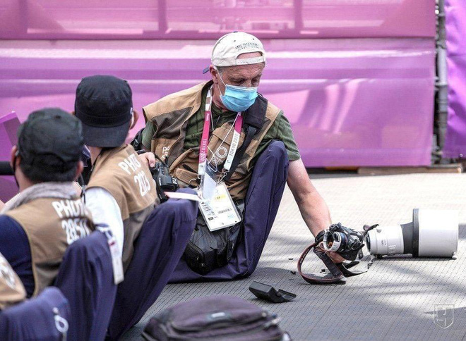 Bộ máy ảnh trị giá hàng trăm triệu đồng tan thành mây khói sau cú ngã của VĐV Trung Quốc tại Olympics - Ảnh 2.