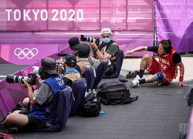 Bộ máy ảnh trị giá hàng trăm triệu đồng tan thành mây khói sau cú ngã của VĐV Trung Quốc tại Olympics - Ảnh 1.