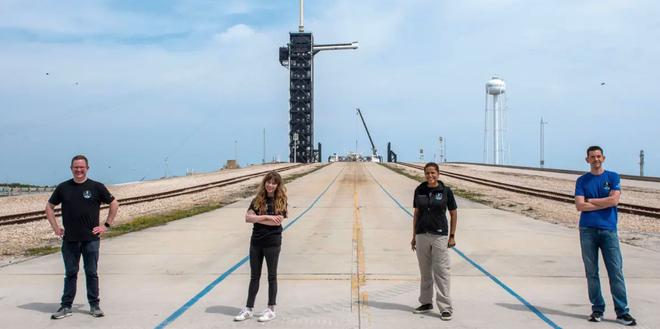 """Phi hành đoàn trên chuyến bay thương mại SpaceX sẽ có toilet """"view nghìn đô"""" với cửa sổ vòm - Ảnh 2."""