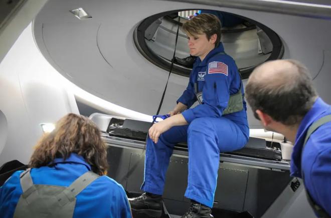 """Phi hành đoàn trên chuyến bay thương mại SpaceX sẽ có toilet """"view nghìn đô"""" với cửa sổ vòm - Ảnh 4."""
