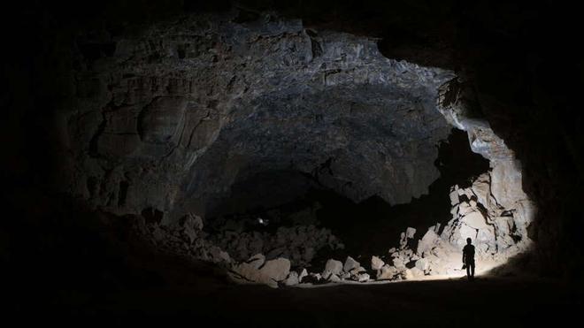 Phát hiện hang động chứa đầy xương được linh cẩu cất giấu trong hàng nghìn năm qua, có cả xương người tiền sử - Ảnh 3.