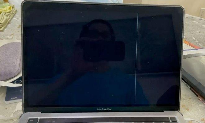 Nhiều người dùng liên tục phản ánh tình trạng màn hình MacBook M1 nứt mà không có lí do - Ảnh 1.