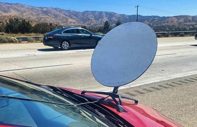 Lắp ăng ten Starlink lên mui xe để vừa đi vừa có internet siêu xịn, tài xế nhận ngay vé phạt của cảnh sát - Ảnh 1.