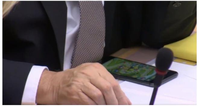 Trí tuệ nhân tạo với khả năng phát hiện chính trị gia dùng điện thoại trong buổi họp, lập tức báo lên Twitter cho công chúng biết - Ảnh 2.