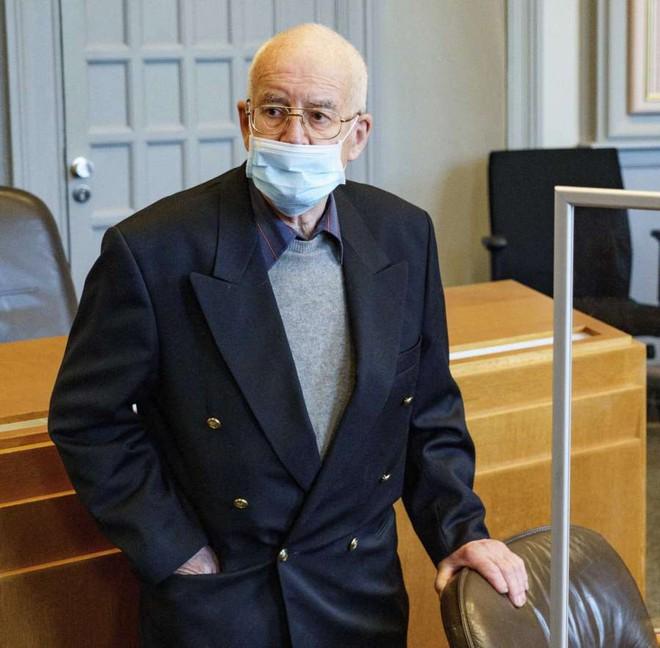 Giấu xe tăng và pháo phòng không dưới hầm, cụ ông 84 tuổi bị tòa án phạt 14 tháng tù và 6,7 tỷ đồng - Ảnh 2.