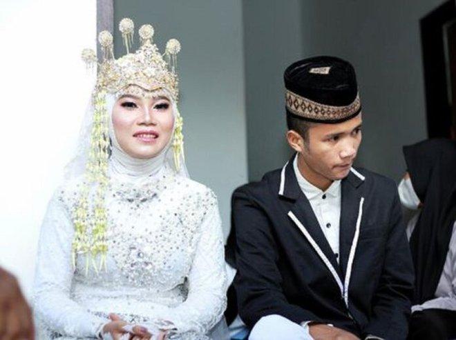 Indonesia: Đến phá đám cưới của bạn trai cũ, cô gái bất ngờ bị cưới luôn làm vợ nữa - Ảnh 3.