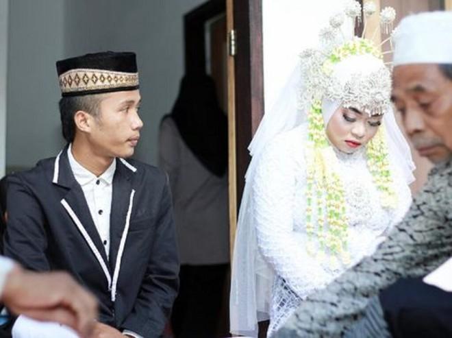 Indonesia: Đến phá đám cưới của bạn trai cũ, cô gái bất ngờ bị cưới luôn làm vợ nữa - Ảnh 2.