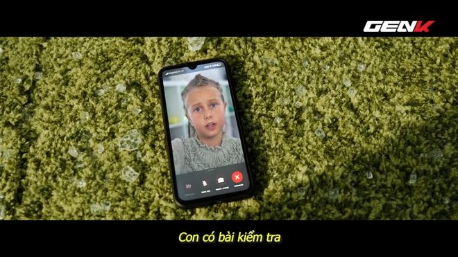 [Video] Nhà mạng di động Nga chơi lớn: thuê tài tử Bruce Willis đóng phim quảng cáo chết cười, chống chỉ định xem khi đang ăn cơm hay uống nước! - Ảnh 6.