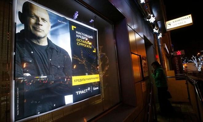 Tài tử Bruce Willis đang ở Mỹ mà vẫn đóng phim quảng cáo được cho nhà mạng Nga và nhận thù lao triệu đô. Họ đã làm như thế nào vậy? - Ảnh 3.