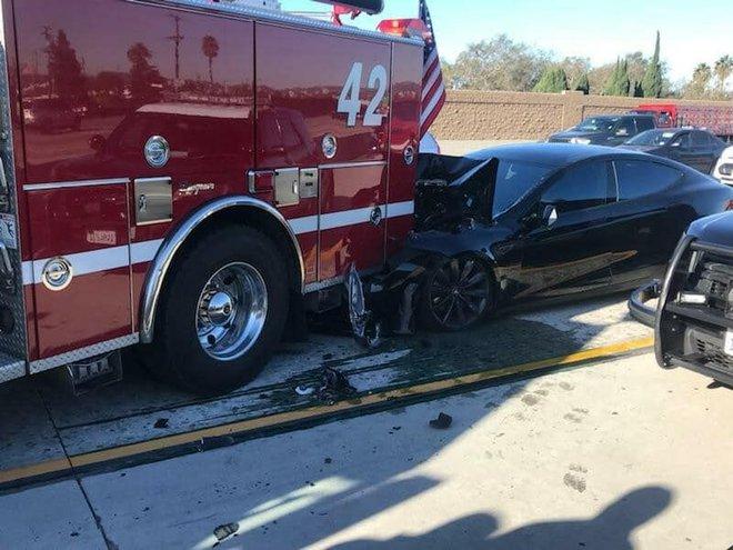 Mỹ gấp rút điều tra hệ thống Autopilot sau khi 11 chiếc Teslas đâm vào xe cứu hộ - Ảnh 1.