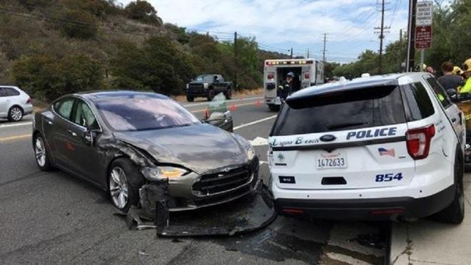 Mỹ gấp rút điều tra hệ thống Autopilot sau khi 11 chiếc Teslas đâm vào xe cứu hộ - Ảnh 3.