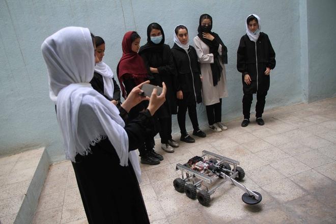 Giải cứu 10 cô gái trong đội tuyển robot của Afghanistan - Ảnh 3.