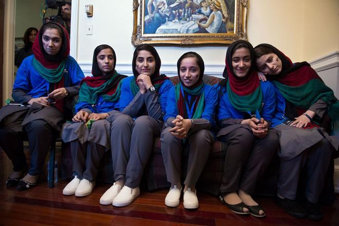 Giải cứu 10 cô gái trong đội tuyển robot của Afghanistan - Ảnh 7.