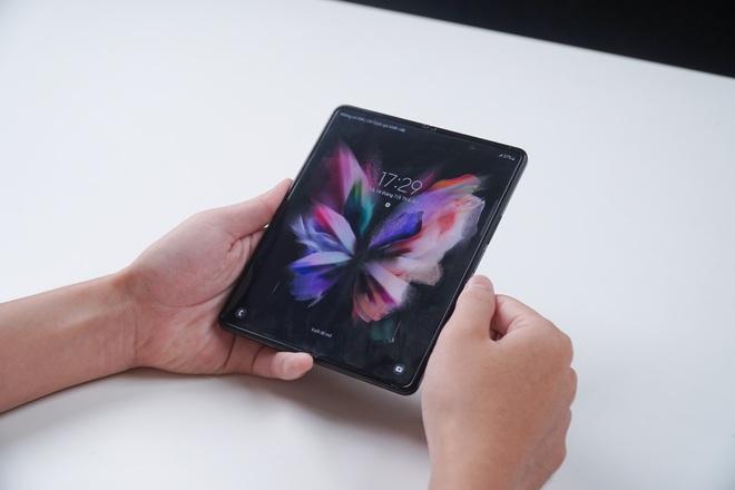Galaxy Z Fold3 lần đầu được mổ bụng tại Việt Nam, hé lộ bí mật của camera ẩn dưới màn hình - Ảnh 1.