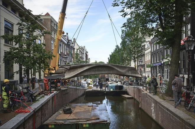 Chiêm ngưỡng cây cầu thép được in 3D đầu tiên trên thế giới, tiềm năng trong tương lai của ngành xây dựng - Ảnh 1.
