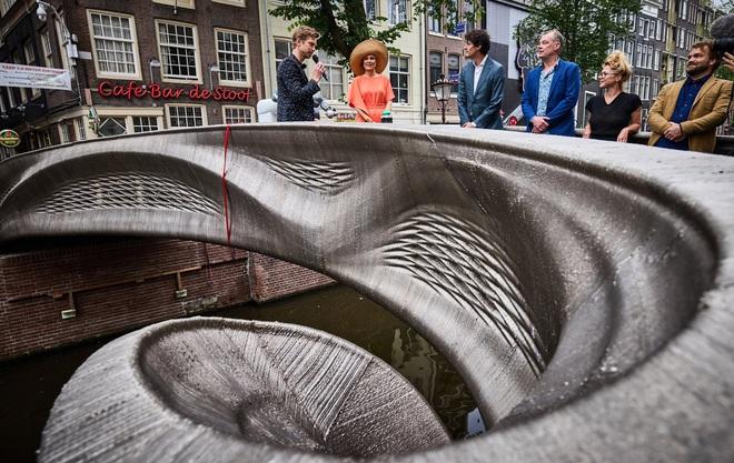 Chiêm ngưỡng cây cầu thép được in 3D đầu tiên trên thế giới, tiềm năng trong tương lai của ngành xây dựng - Ảnh 2.