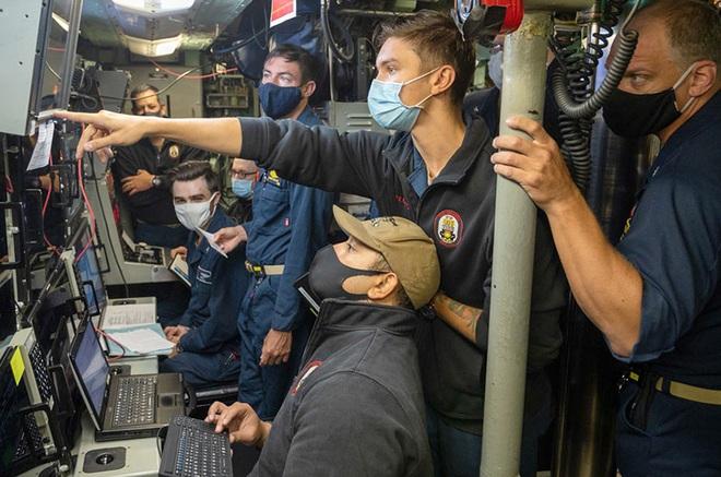Quân đội Hoa Kỳ tung video tập trận mãn nhãn: tổng lực không – lục – hải quân đánh gãy đôi tàu khu trục - Ảnh 3.