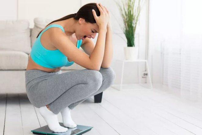 Tại sao đôi khi tập thể dục vã mồ hôi mà cân nặng lại tăng? - Ảnh 1.