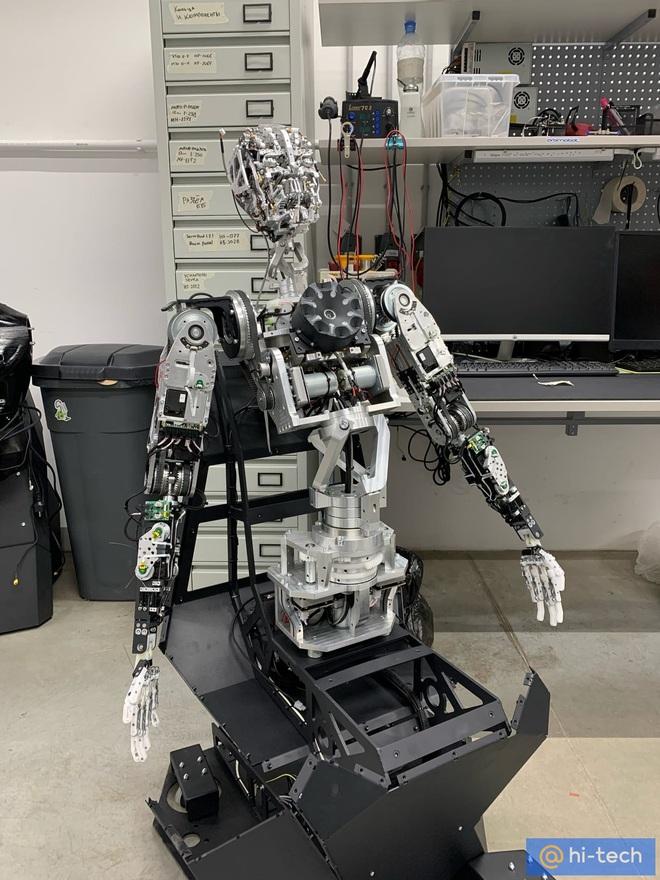 Rợn tóc gáy với mẫu robot quá giống người Cyborg Terminator của Nga: có thể biến thành bất cứ người nào - Ảnh 3.