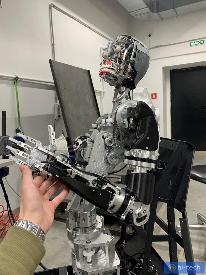 Rợn tóc gáy với mẫu robot quá giống người Cyborg Terminator của Nga: có thể biến thành bất cứ người nào - Ảnh 1.