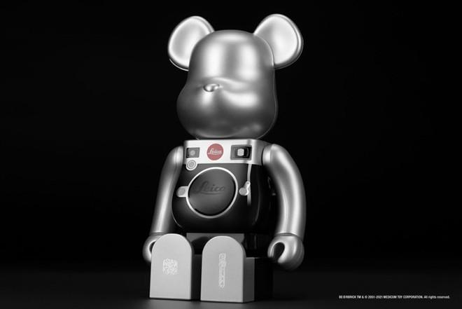 Sản phẩm tiếp theo mang thương hiệu Leica là một chú gấu, tiếc thay nó không chụp ảnh được - Ảnh 1.