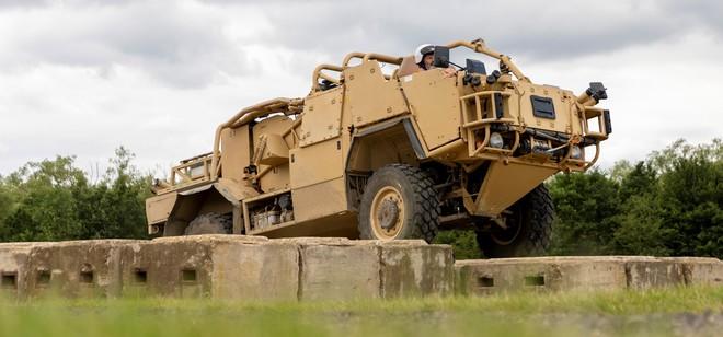 Quân đội Anh triển khai thử nghiệm động cơ điện để giảm ô nhiễm do nhiên liệu hóa thạch - Ảnh 2.