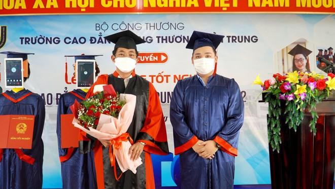 Trường Việt Nam dùng Robot nhận bằng tốt nghiệp thay sinh viên - Ảnh 4.