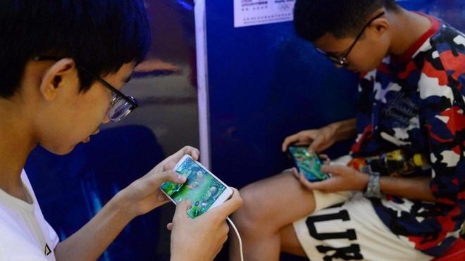 Bị giới hạn giờ chơi game, trẻ em Trung Quốc lên mạng thuê tài khoản người lớn để đối phó - Ảnh 1.