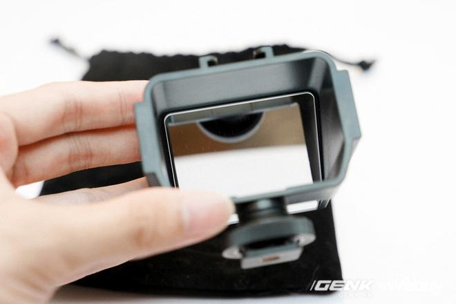 Chiếc gương 110k này giúp bạn quay vlog dễ dàng kể cả với máy ảnh không có màn hình xoay lật 180 độ - Ảnh 2.