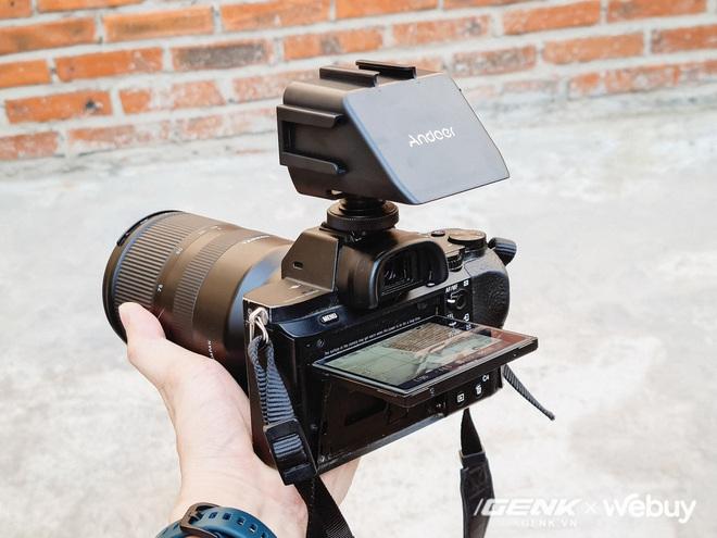 Chiếc gương 110k này giúp bạn quay vlog dễ dàng kể cả với máy ảnh không có màn hình xoay lật 180 độ - Ảnh 3.
