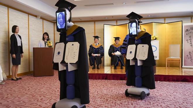 Trường Việt Nam dùng Robot nhận bằng tốt nghiệp thay sinh viên - Ảnh 5.